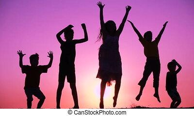 geitjes, silhouette, gezin, springt, vijf, zonopkomst