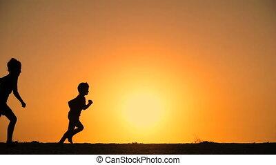 geitjes, silhouette, rennende , vijf, heuvel, ondergaande zon