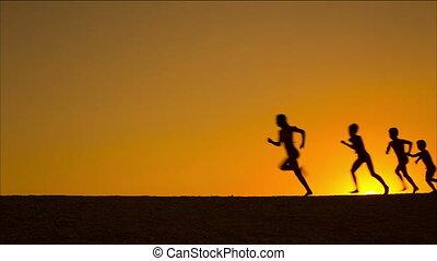 geitjes, silhouette, tegen, rennende , vijf, ondergaande zon