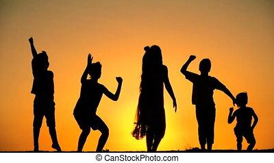 geitjes, silhouette, tegen, springt, vijf, ondergaande zon