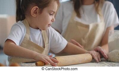 gekke , dochter, leren, het bereiden, geitje, schattig, kind, bakken, mamma, onderwijs, wikkeling, koekjes, spelden, moderne, gelukkig huis, keuken, gebakje, het kneden, hartelijk, moeder, meisje, spelend, portie, deeg, het koken