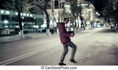 gekke , stad, dancing, headphones, kosteloos, wandeling, dons, straat, muziek, nacht, kerel