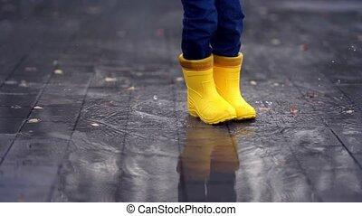 gele, plas, kind, dans, vrolijke , laarzen, benen, rubber, sprong, kleine