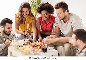 gelukkig huis, eetpizza, dranken, vrienden