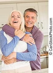 gelukkig paar, het glimlachen, middelbare leeftijd
