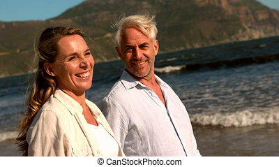 gelukkig paar, middelbare leeftijd , wandelende