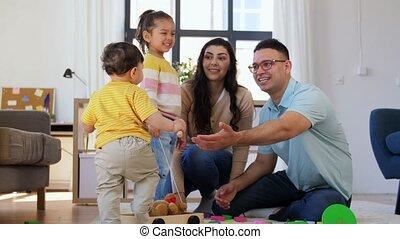 gelukkige familie, kinderen spelende, thuis