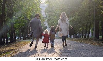 gelukkige familie, park., samen lopend