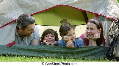 gelukkige familie, uitstapjes, kamperen