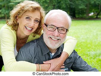 genegenheid, het tonen, het glimlachen, ouder, gelukkig paar