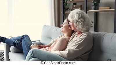 generaties, levend, onbezorgd, gezin, vrolijke , twee, kamer, vrouwen ontspannend