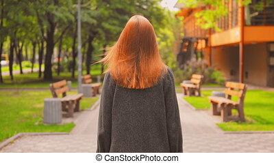 genieten, redheaded, vrouw, buitenshuis, achterkant, wandelingen