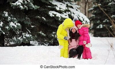 genieten, winter, gezin, besneeuwd, dag, vrolijke