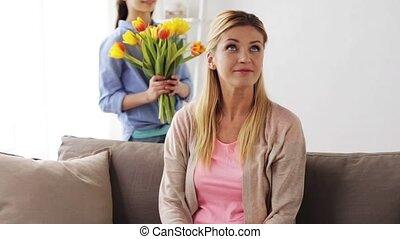 geven, moeder, thuis, meisje, bloemen, vrolijke