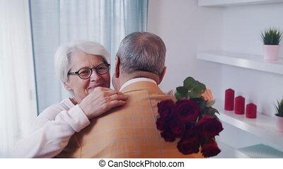 geven, wife., day., paar, man, datum, valentines, rode rozen, bejaarden, zijn, vrolijke