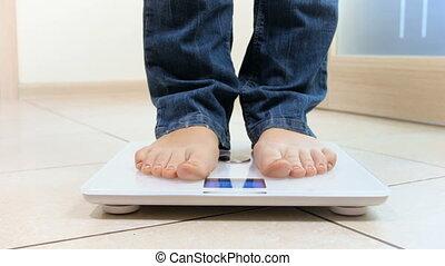 gewicht, controleren, haar, 4k, jonge, video, elektronisch, het schrijden, vrouw, schalen