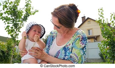 gezin, concept., achtergrond., flowers., baby meisje, grootmoeder, spelend, hands., vrolijke