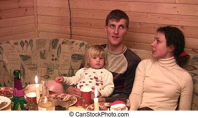 gezin, feestelijk, kleine, tafel, meisje, het spreken