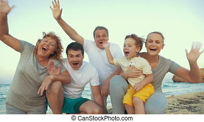 gezin, groot, kust, het watergolven hands, vrolijke