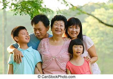 gezin, het glimlachen staand, buitenshuis, breidde uit