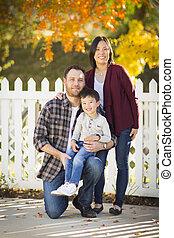 gezin, jonge, hardloop, buitenshuis, gemengd, verticaal
