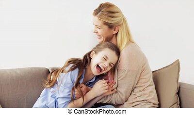 gezin, kieteldood, plezier, thuis, hebben, vrolijke