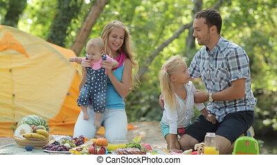 gezin, natuur, twee, het bestaan, ouders, plezier, verticaal, mooi en gracieus, hebben, dochter