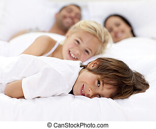 gezin, ouder, het rusten, bed