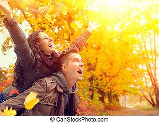 gezin, paar, herfst, fall., park., buitenshuis, plezier, hebben, vrolijke