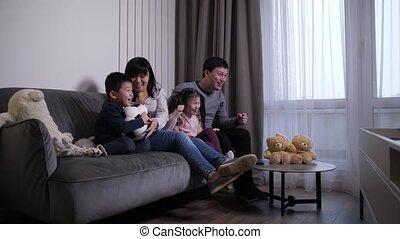 gezin, schouwend, vrolijk, chinees, voetbalwedstrijd, tv