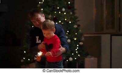 gezin, sparklers, jonge, tijd, home., kerstmis