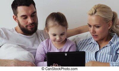 gezin, tablet, bed, pc, thuis, vrolijke
