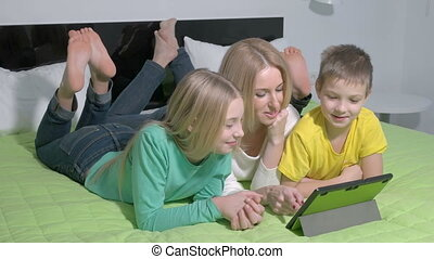 gezin, tablet, jonge, aantrekkelijk, slaapkamer, gebruik
