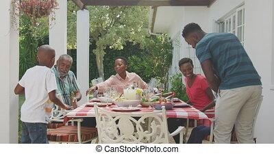 gezin, vrolijke , samen, eten, tafel