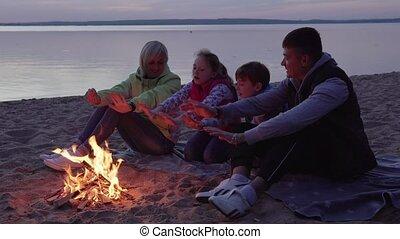 gezin, vuur, warme, handen, strand, kinderen, vrolijke