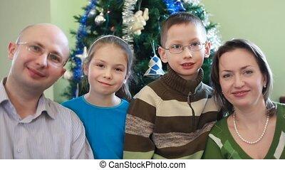 gezin, zittende , boompje, kerstmis, vier, vriendelijk