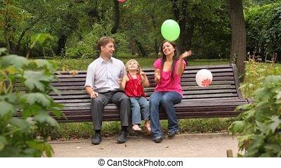 gezin, zittende , parkeer bank, ballons, gooien