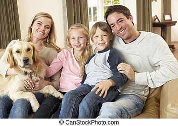 gezin, zittende , sofa, dog, jonge, vasthouden, vrolijke