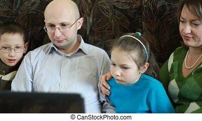 gezin, zittende , sofa, scherm, starende blikken, draagbare computer