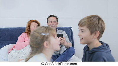 gezin, zittende , uitgeven, samen, spelend, verfilming, video, bedtijd, ouders, kinderen, slaapkamer, vrolijke