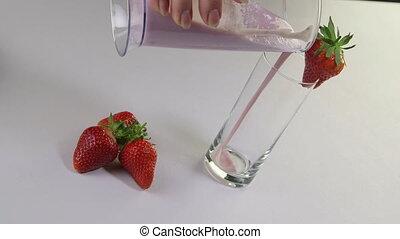 gieten, aardbei smoothie, drank, hand, glas, fruit, vrouwlijk, verse melk