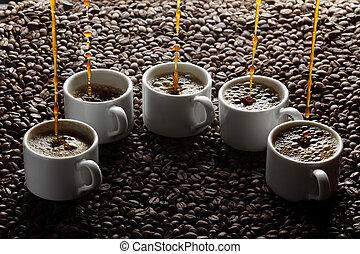 gietende koffie