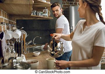 gietende koffie, vrouw, was, kop, terwijl, man