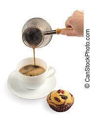 gietende koffie, witte kop