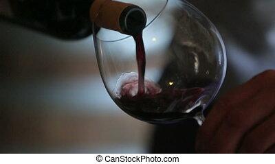 gietende wijn, sommelier, glas