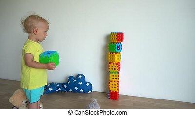 gimbal, motie, toren, home., kleurrijke, blokjes, kind, gebouw, jongen, voorzichtig