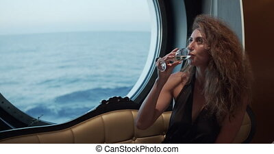 glas, vasthouden, -, het genieten van, venster, elegant, levensstijl, verbazend, het kijken, vrouw, champagne., drinkt, luxe, oceaanmening, wijntje, vacation.., dame, op