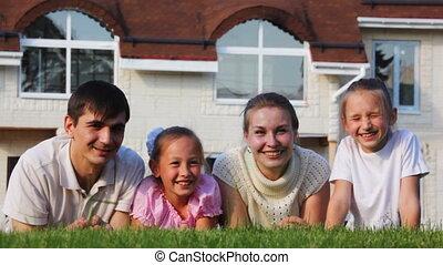 glimlachen, weinig; niet zo(veel), gezin, meiden, wei, twee, ligt