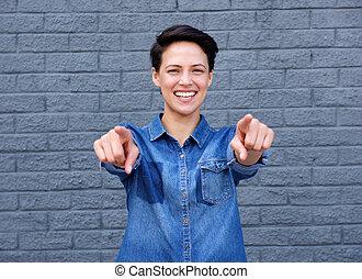 glimlachende vrouw, jonge, richtende vingers