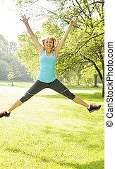 glimlachende vrouw, park, springt